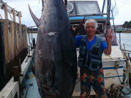 これぞ大物釣り!クロマグロ303kg!